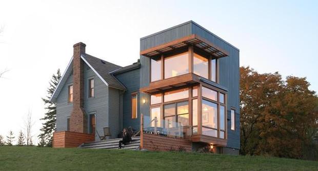 外墙很厚,可以抵挡酷热,常用外墙材料为灰泥,屋顶装饰很少,窗户较小