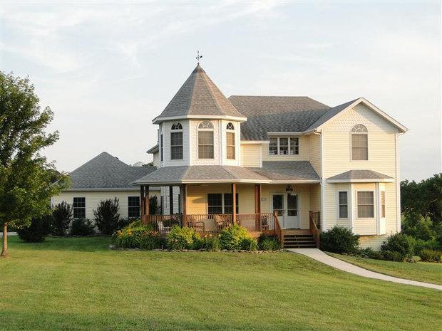 主屋顶常有柱子支撑,木制外墙,门廊上方由三角形的斜屋顶盖住,窗户图片